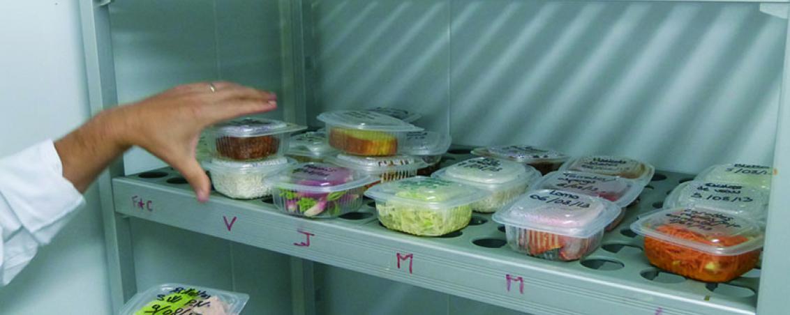 Un échantillon de chaque plat est conservé pendant une semaine. En cas de problème cet échantillon pourra être analysé. Tout ce que mangent les enfants est tracé en permanence.