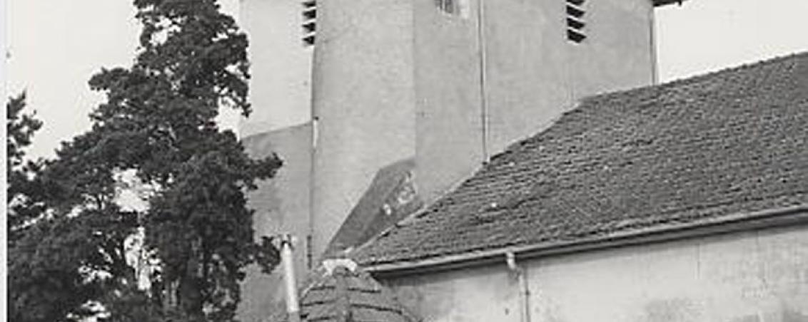Vue de profil : L'église au début des années 80.