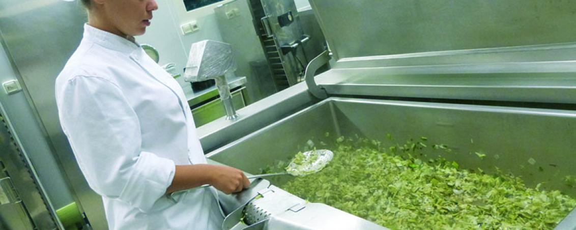Le lancement de la cuisson et la confection des repas commencent dès 7h. Absolument tout est préparé et cuisiné sur place (sauf les poissons meunières). La mise en plat a lieu entre 8h30 et 9h selon la durée de cuisson.