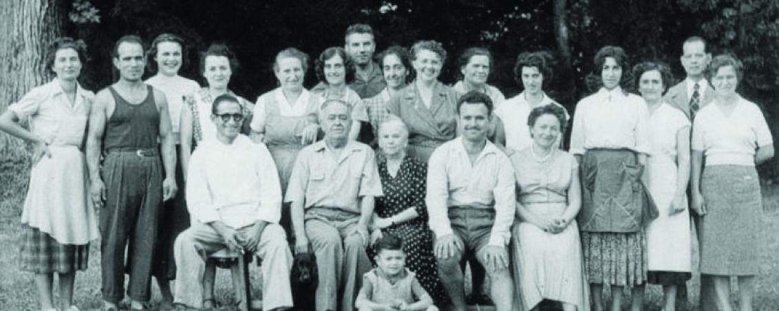 Une des premières équipes du personnel encadrant de Castillon, entourant Monsieur Portet, directeur. Années 1950, Prêt de Madame Sanz-Allen