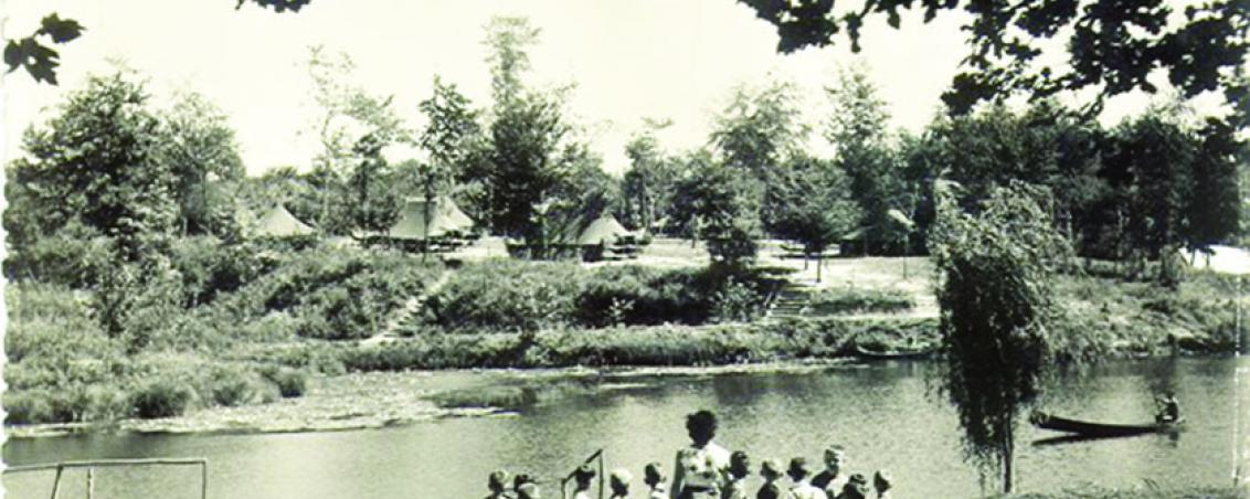 Vue du camp des Ados situé sur les berges du lac. Années 1950, Prêt de Madame Cid