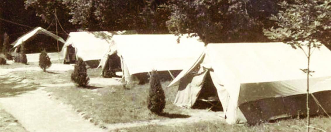 Vue du camp des « adotes » situé entre la fontaine et les escaliers, en face du château. Années 1950, Prêt de Madame Cid
