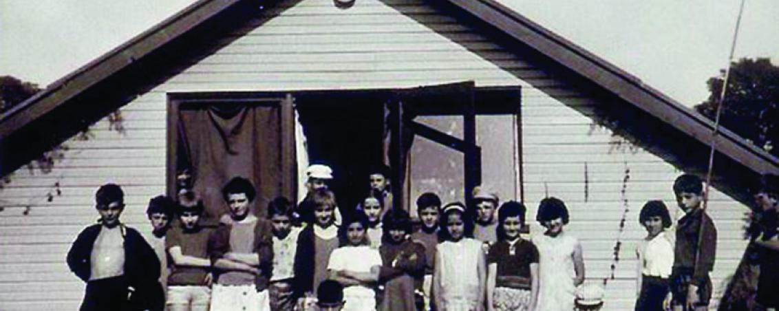 Groupe de jeunes devant un bungalow. 1967, Prêt de Madame Ferrand
