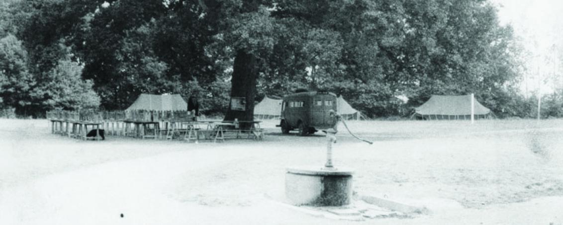 Réfectoire des garçons aménagé sous le chêne centenaire. Non daté, Prêt de Madame Sanz-Allen