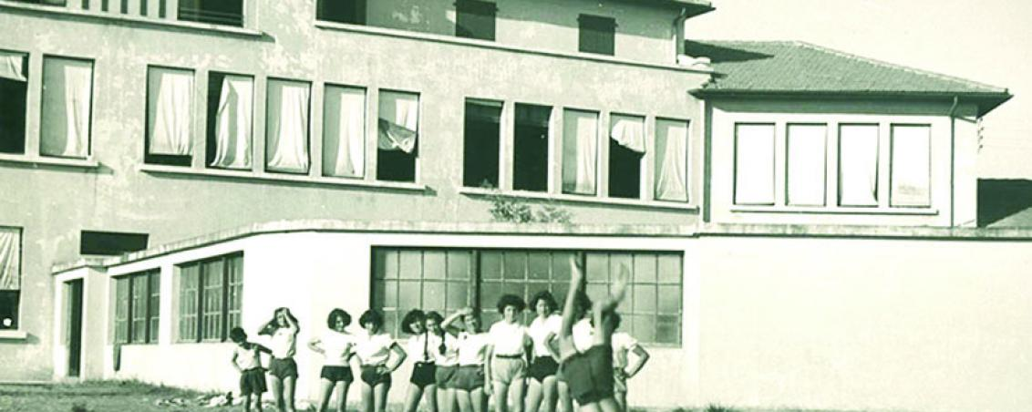 Figure de gymnastique périlleuse ! Au second plan, on reconnaît les bâtiments de l'actuel groupe scolaire Jean Jaurès