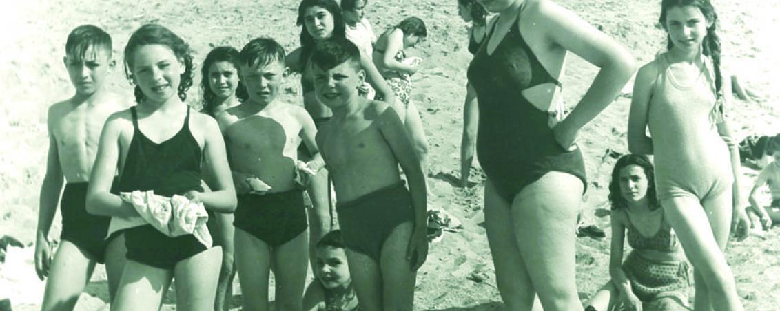 Les enfants autour de la monitrice. 1951