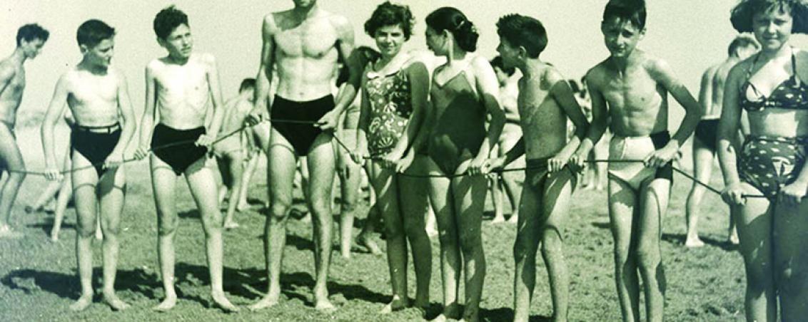 La baignade est sécurisée avec les moyens de l'époque : la corde !