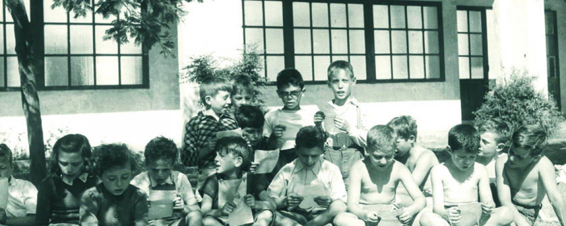 Les enfants apprennent un chant