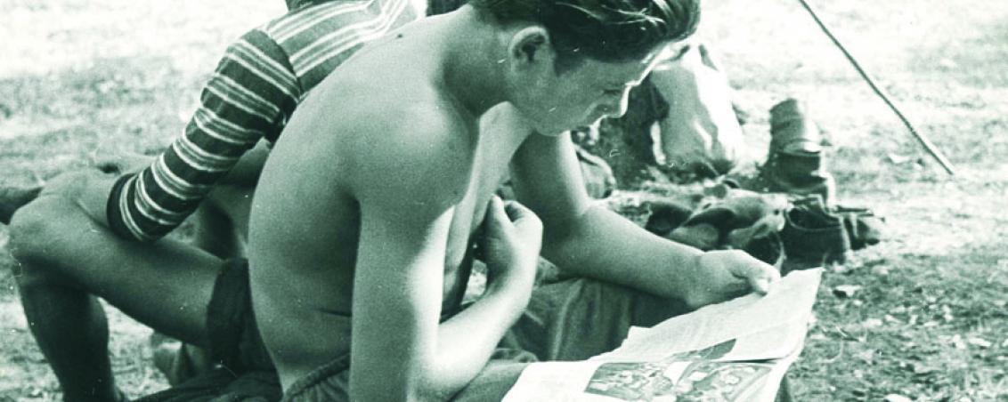 Dans la pinède, moment de détente avec la lecture d'une revue de cinéma
