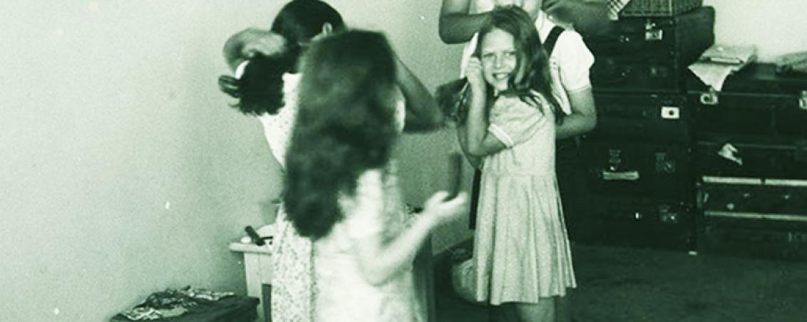 Apprentissage de l'hygiène : brossage de cheveux une fois par jour, supervisé par la monitrice