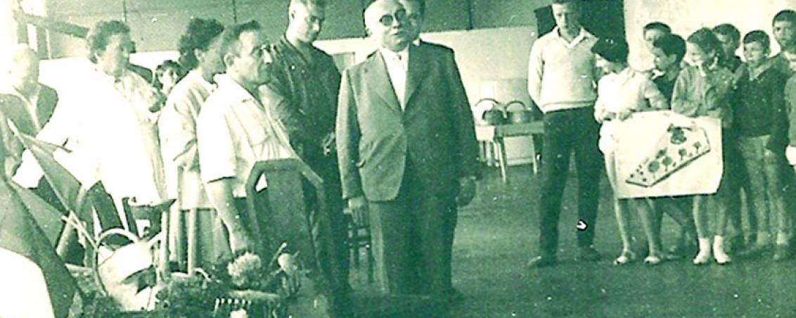 Lors de la Fête des Pins, qui se tient traditionnellement en juillet à Tarnos, Jacques Duclos, sénateur de la Seine, vient rendre visite aux enfants de la colonie. 1960