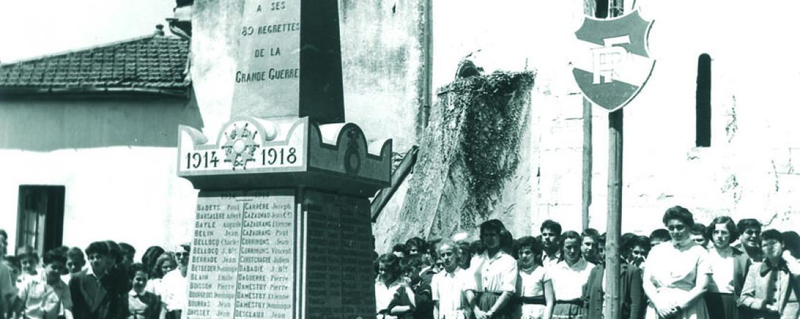Le 14 juillet, une délégation de grands devant le Monument aux Morts de Tarnos