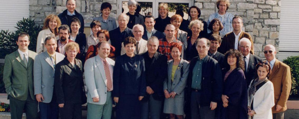 Le Conseil municipal de Tarnos en 2001, autour de Pierrette Fontenas. Au 1er rang à gauche : Jean-Marc Lespade fait son entrée au Conseil municipal. Il succèdera à Pierrette Fontenas 3 ans plus tard.