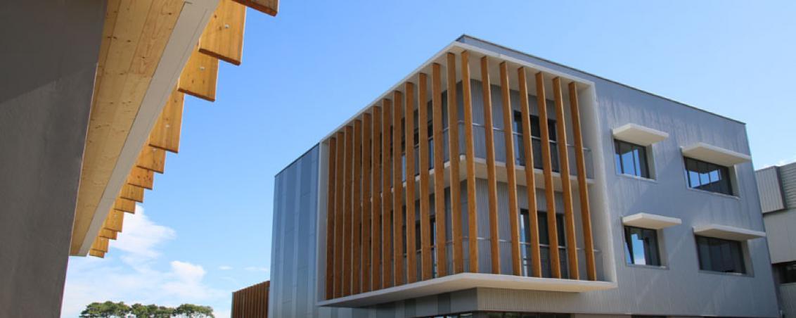 réalisé par l'architecte Marc Ballay, le bâtiment éco-responsable du Pôle Sud Aquitaine vu depuis celui du GEIQ.