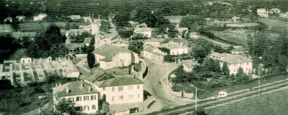 Vue de l'école des garçons du bourg, de l'actuelle avenue Lénine. Au premier plan : la mairie et la RD810, en arrière plan : l'église Saint Vincent, la maison « Anduran » (l'actuelle place Dous Haous), le premier château d'eau en 1960