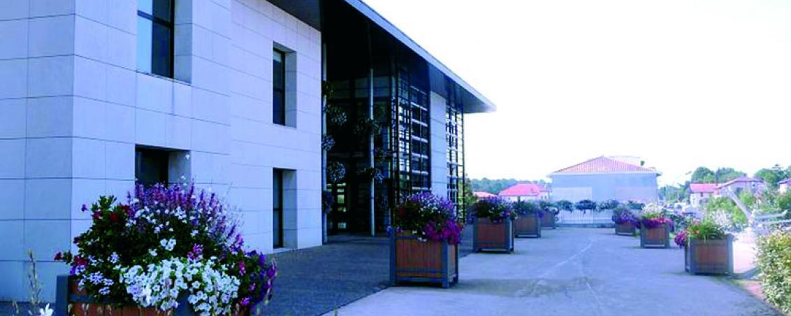 L'esplanade de l'Hôtel de Ville où se situait l'ancienne salle des fêtes en 2010, Ville de Tarnos