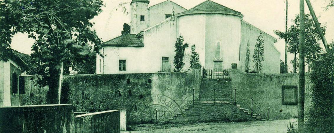 Le fronton et l'église Saint-Vincent au début des années 1980, Ville de Tarnos