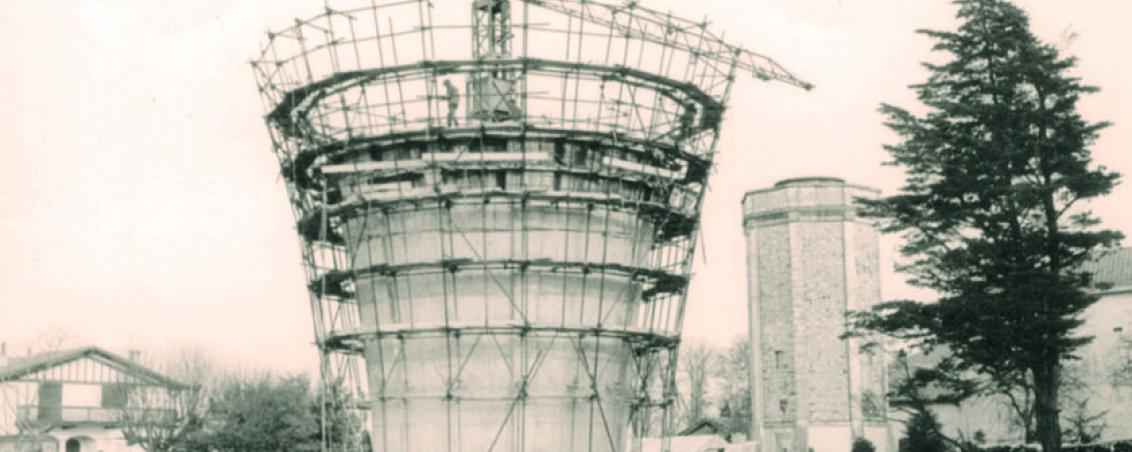 La construction du château d'eau actuel en 1969-1970. En second plan le premier château d'eau, Ville de Tarnos