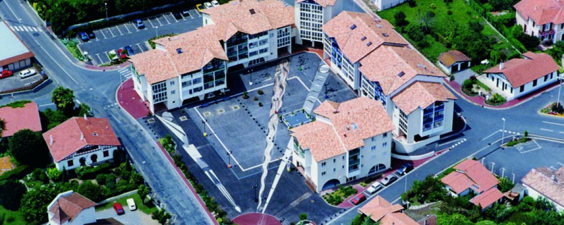Une vue aérienne de la place Dous Haous et de la mosaïque, Ville de Tarnos