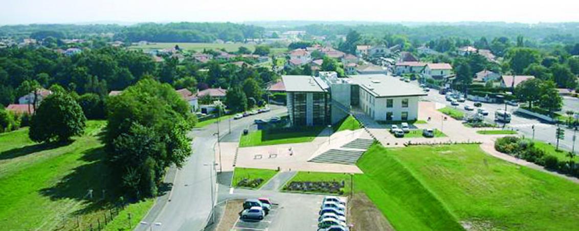 Une vue aérienne du site de l'école Poueymidou, de la future médiathèque et des « Jardins de l'Airial » en 2004, Ville de Tarnos
