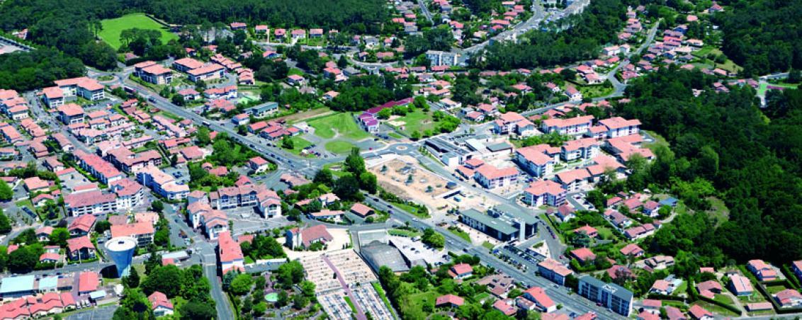 Vue aérienne du centre ville en 2010. Vue des ensembles immobiliers autour du nouvel Hôtel de Ville et travaux de construction de la médiathèque