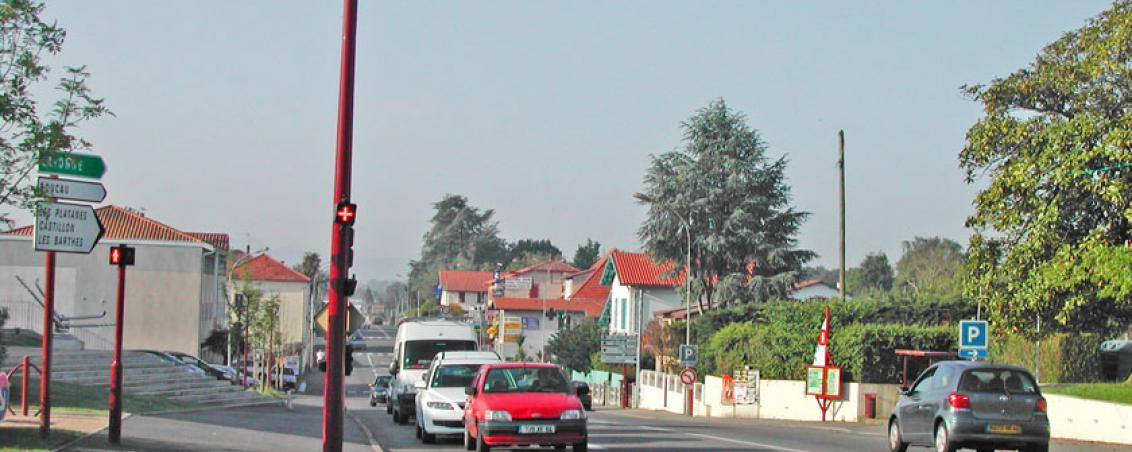 La RD810 en 2010, devant l'actuel Hôtel de Ville, Ville de Tarnos