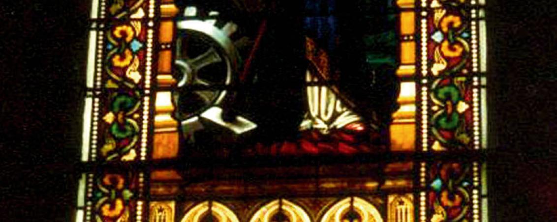 Vitrail central du chœur, orné d'un médaillon à l'effigie de Claudius Magnin, avant la restauration de 1980. Extrait de « Notre Dame des Forges - Église et Paroisse », 1998, prêt Michel Saldou
