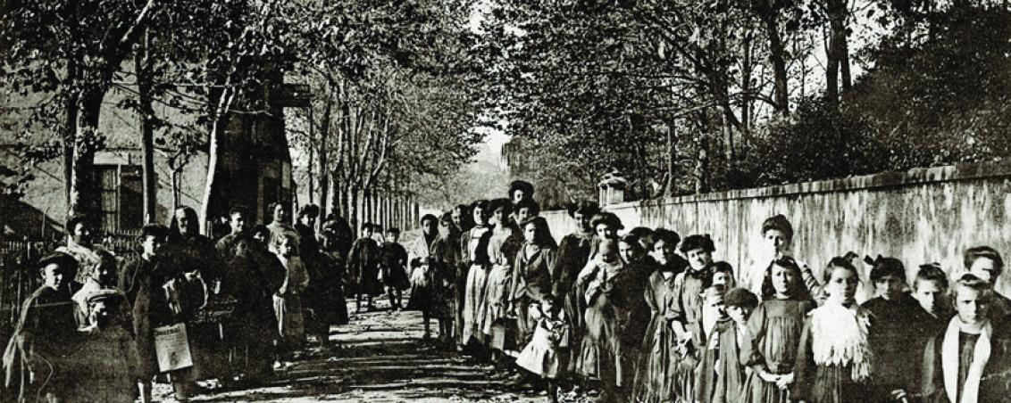 Femmes et enfants portant le dîner aux ouvriers. 1911, Ville de Tarnos