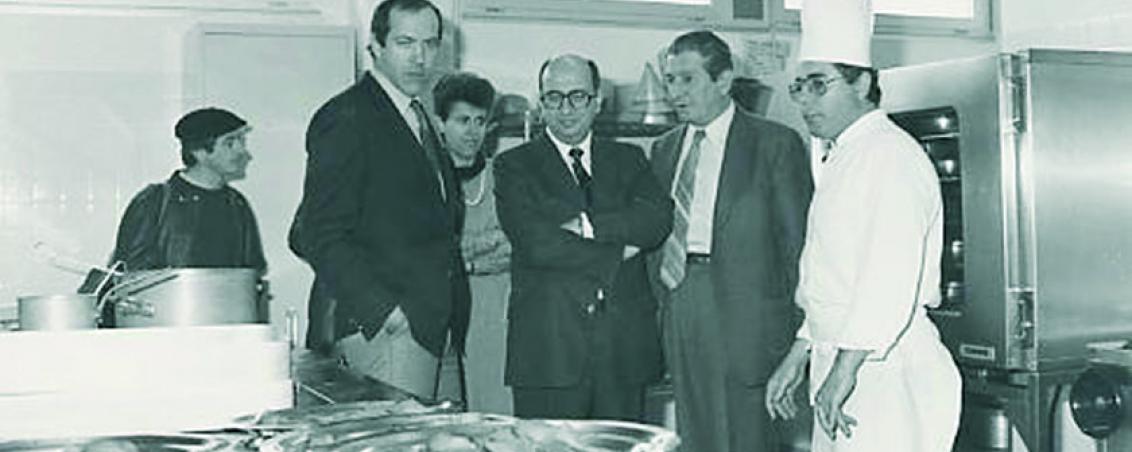 Visite du Préfet à la cuisine centrale. 1984, Ville de Tarnos