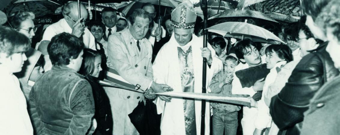 André Maye avec l'Évêque Sarrabère après les travaux de restauration de l'église du bourg. 1985, Ville de Tarnos