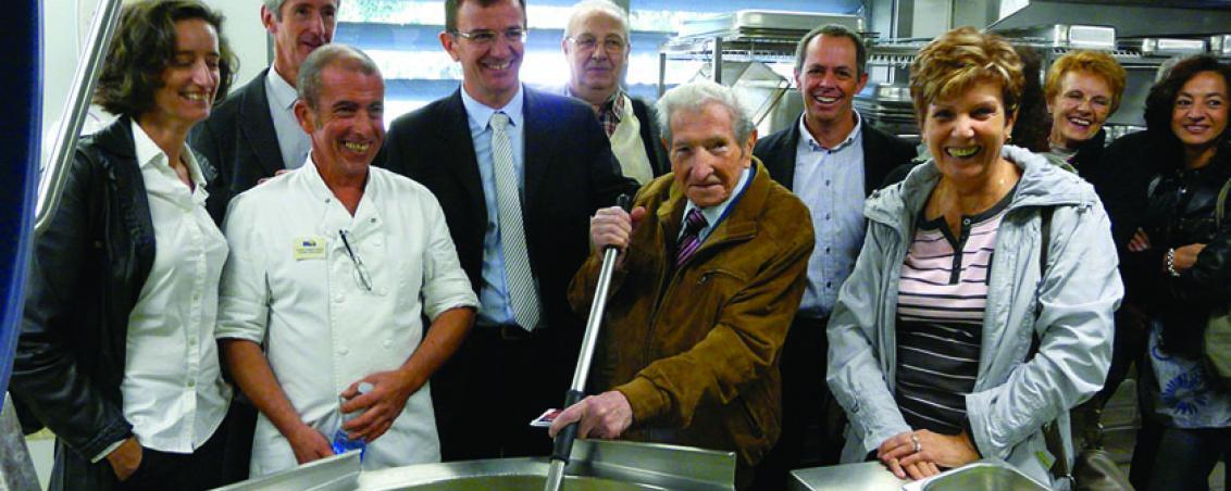 André Maye lors de l'inauguration de la nouvelle cuisine centrale Jean Paillé. 2011, Ville de Tarnos