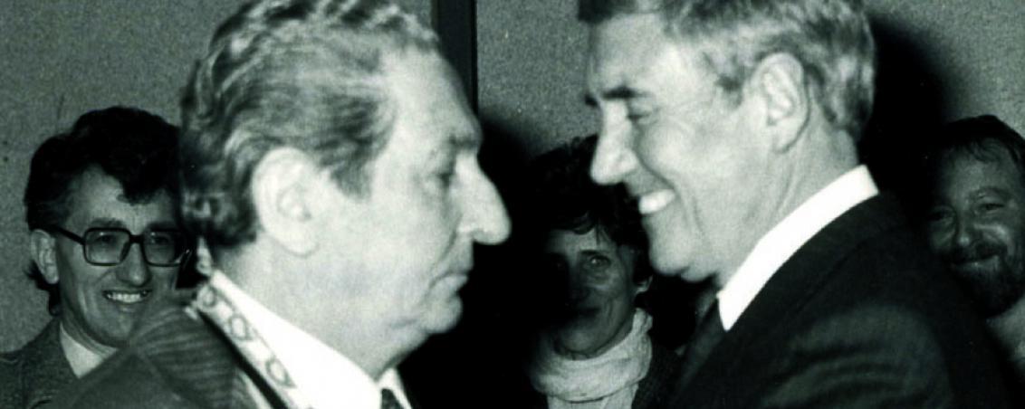 George Valbon remet la médaille de Chevalier de l'Ordre du Mérite à André Maye. 1985, Ville de Tarnos