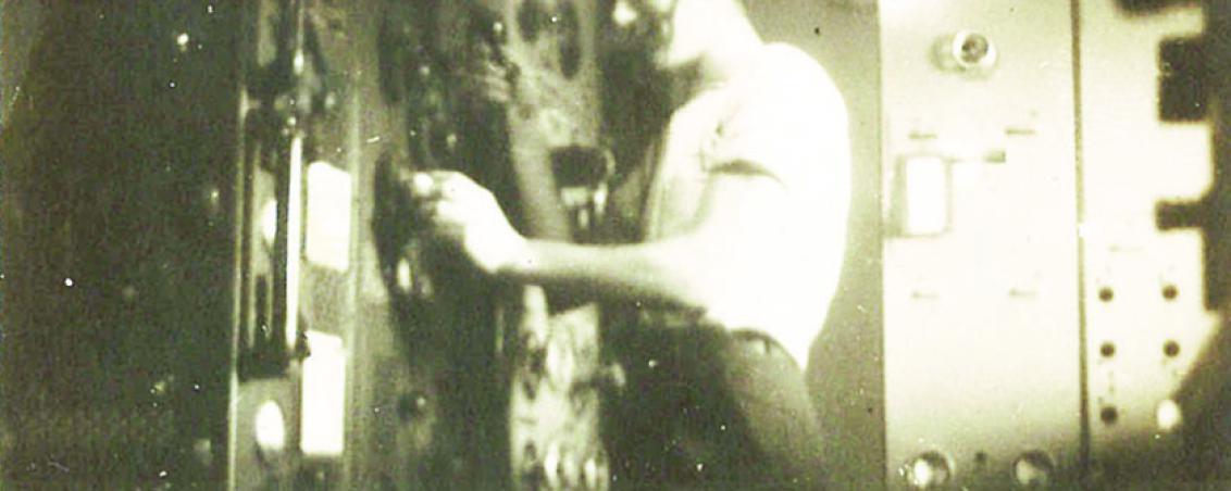 Albert Descoutey envoyant un message radio en morse depuis le navire militaire français Émile Bertin